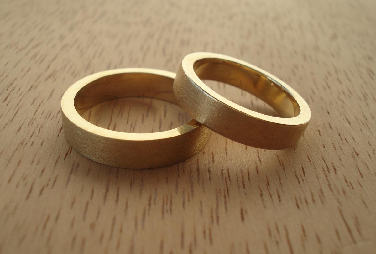O guia definitivo para escolher suas alianças de casamento