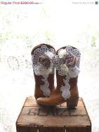 Detalhes de crochê em botas para casamento no campo
