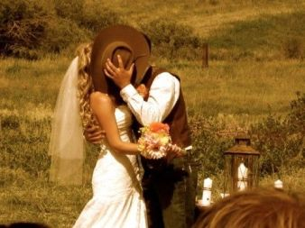 casamento_folk_country_rustico_ar_livre_noivo_noiva_chapeu_beijo