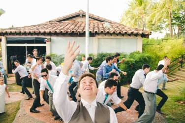 casamento_noivo-joga-buque_convidados-fogem