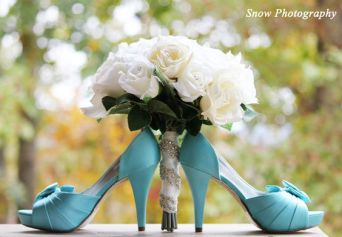 casacomidaeroupaespalhada_sapato_buque_cores_diferentes_azul_branco