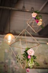 casacomidaeroupaespalhada_casamentos_tendencias_2019_decoracao_industrial_geometrico_01