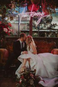 casacomidaeroupaespalhada_casamentos_tendencias_2019_decoracao_industrial_neon_03