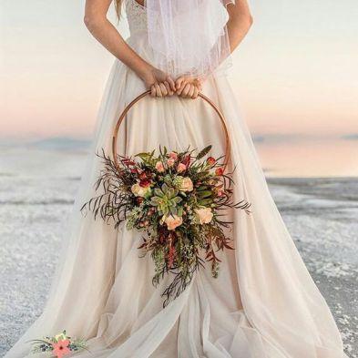 casacomidaeroupaespalhada_casamentos_tendencias_2019_noiva_buque_arco_guirlanda_05